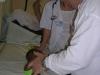 Examen nourrisson par le neurochirurgien, la veille de son intervention