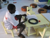 Sani prépare l'installation du grillage pour éviter l'entrée de nuisibles