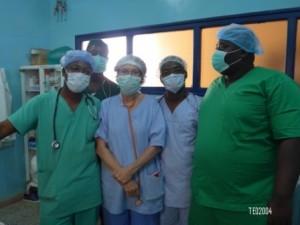 Laure, entourée de l'équipe d'anesthésie